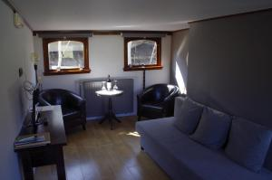 A seating area at B&B B³ Boat