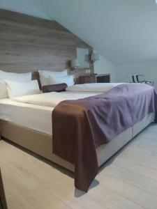 A bed or beds in a room at Hotel Biokovo