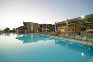 The swimming pool at or near Oasis Salinas Sea
