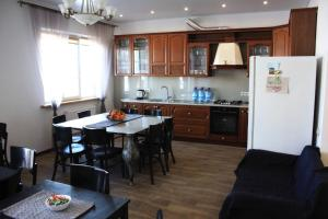 Кухня или мини-кухня в Гостевой дом на Малиновой 26