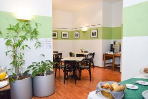 A restaurant or other place to eat at Pension Riedl