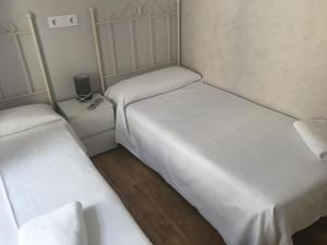 A bed or beds in a room at Albergue Santiago Apostol
