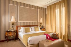 A bed or beds in a room at Hotel Savoy