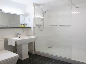 A bathroom at Charlton Kings Hotel