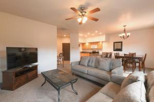 A seating area at Canyon Plaza Premier Studio and Apartments