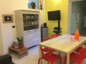 A television and/or entertainment center at Alloggio privato Giunic