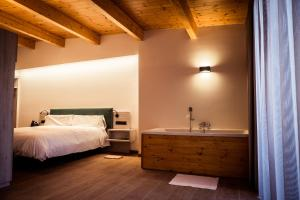 A bed or beds in a room at Hotel Villa Retiro