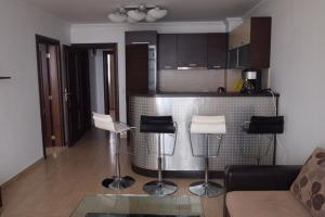 Кухня или мини-кухня в Private Apartment in Bademite Complex