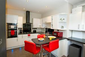 A kitchen or kitchenette at Gardens View No1