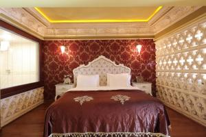 A bed or beds in a room at Deluxe Golden Horn Sultanahmet Hotel