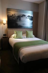 A bed or beds in a room at Le Mouton Blanc