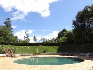 A piscina localizada em Recanto dos Carvalhos - Pousada Camping ou nos arredores
