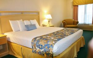 A bed or beds in a room at Days Inn by Wyndham Rocklin/Sacramento