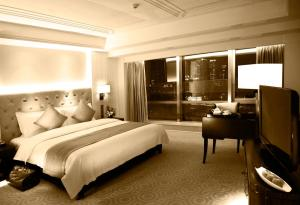 A bed or beds in a room at Paramount Gallery Hotel