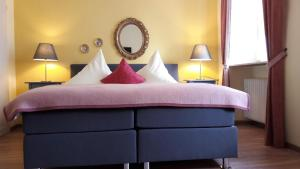 A bed or beds in a room at Hotel Ratskeller - Garni