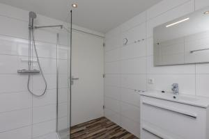 A bathroom at Appartementen Renesse