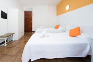 A bed or beds in a room at Hostal Alicante