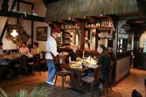 Ein Restaurant oder anderes Speiselokal in der Unterkunft Heidehof Moraas