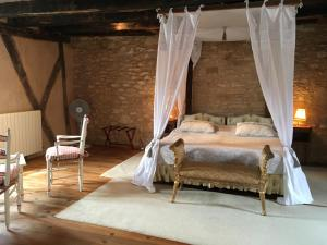 A bed or beds in a room at Villa La Roseraie