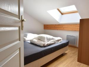 A bed or beds in a room at Beautiful Mountain View Apartment in La Chapelle-d'Abondance