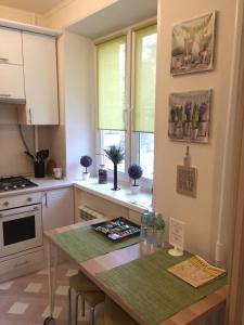 A kitchen or kitchenette at Apartment na Grokholskom