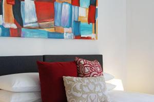 A bed or beds in a room at Beau Monde Apartments Newcastle - Worth Place Apartment