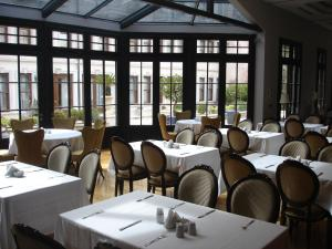 A restaurant or other place to eat at 1890 Suites Hotel