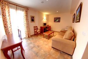 A seating area at Hotel Balneario Parque de Cazorla