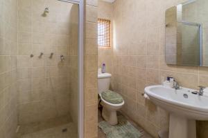 A bathroom at Hoyohoyo Machadostud Lodge