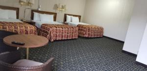 A bed or beds in a room at Mountain View Inn Yreka CA