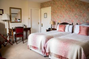 A bed or beds in a room at Hazelwood Lodge