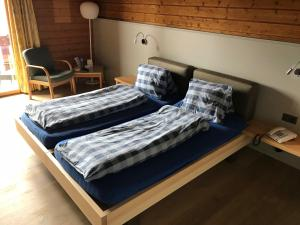 A bed or beds in a room at Hotel Restaurant Kulm