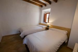 A bed or beds in a room at Agroturismo Son Alzines