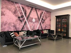 A seating area at Arthotel ANA Boutique Six