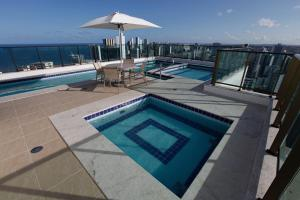 A view of the pool at Flat em Boa Viagem or nearby