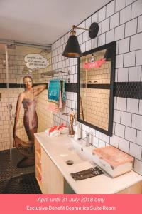 A bathroom at Container Hotel