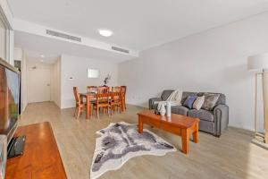 A seating area at 2Bed Apt in Macquarie Park Walk Station NNR306