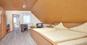 A bed or beds in a room at Pension Oppelt