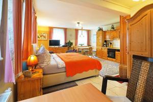 """Ein Bett oder Betten in einem Zimmer der Unterkunft Ferienwohnungen """"Zur Alten Eiche"""""""