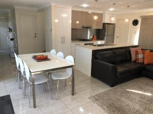 A kitchen or kitchenette at 21 on Hursley Motel Apartments