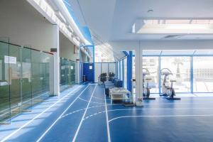 The fitness centre and/or fitness facilities at Radisson Blu Hotel, Dubai Deira Creek
