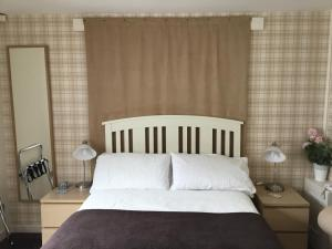 A bed or beds in a room at Ingleneuk Bed and Breakfast