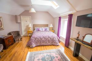 A bed or beds in a room at Linsfort Guest House B&B
