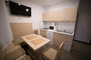 Kuhinja ili čajna kuhinja u objektu Relax Apartmanház