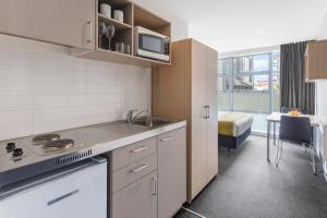 A kitchen or kitchenette at Tetra Serviced Apartments by Nesuto