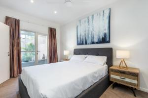 A bed or beds in a room at Kensington Self-Contained Modern House (89BROM)