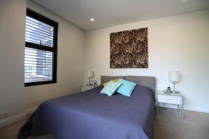A bed or beds in a room at Orange Stay Pyrmont