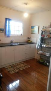 A kitchen or kitchenette at Monday Seaside Cottage
