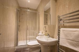 A bathroom at Waterfront Apartments