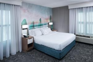 A bed or beds in a room at Courtyard Virginia Beach Oceanfront/South